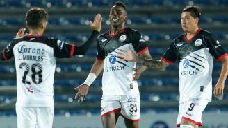 Quiñones celebra junto a sus compañeros tras su gol