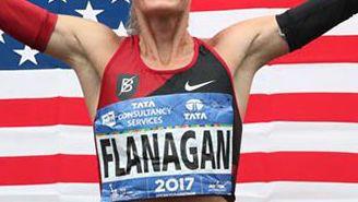 Shalane Flanagan festeja con la bandera de Estados Unidos