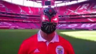 Sin Cara posa con la playera del Benfica en el Estadio de la Luz