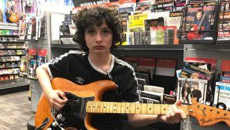Michael Wolfhard sosteniendo una guitarra