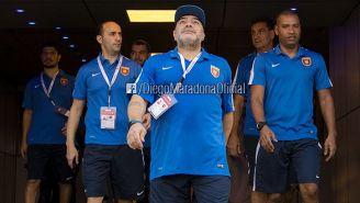Maradona se dirige al campo para dirigir un partido