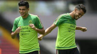 Raúl Jiménez y Diego Reyes en un entrenamiento de México