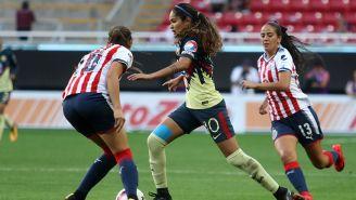Jugadoras de América y Chivas, en acción durante el Clásico