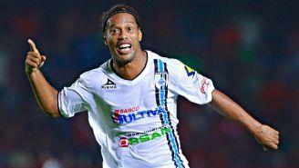Ronaldinho celebra un gol en su época con Gallos