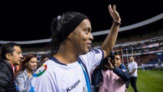 Ronaldinho saluda a la afición en La Corregidora