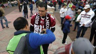 Un aficionado de Burros Blancos entrando al Olímpico Universitario