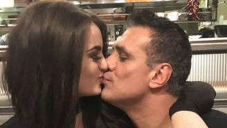 Paige y Alberto se besan para fotografía