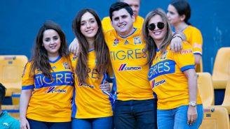 Un grupo de aficionados de Tigres apoyando a su equipo en el Volcán