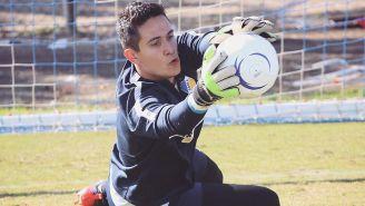 Raúl Gudiño ataja balón en entrenamiento con Apoel