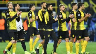 Los jugadores del Dortmund aplauden a su afición después de un partido
