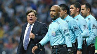 Herrera dialoga con los árbitros luego de la tanda de penaltis