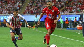 Amaury Escoto dirige el balón frente a Orbelin Pineda