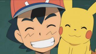 Pikachu junto a Ash Ketchum sonriendo