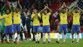 Jugadores de Brasil aplauden a la tribuna en Wembley