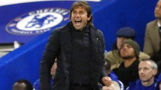 Antonio Conte dirigiendo al Chelsea en partido