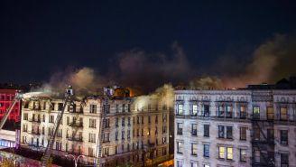 Fuerte incendio en un edificio de departamentos en  Manhattan