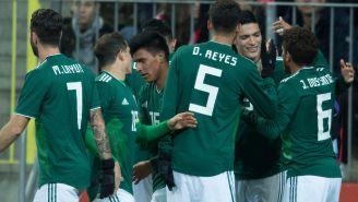 Jugadores del Tri celebran un gol con Raúl Jiménez