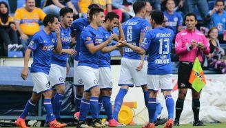 Cruz Azul festeja gol contra Tigres en la J15