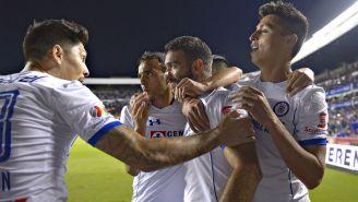 Jugadores del Cruz Azul celebran anotación de Cauteruccio