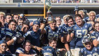 Jugadores de Pumas CU levantan el trofeo de Campeones