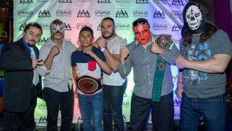 Los luchadores posan para la foto en La Chilanguita