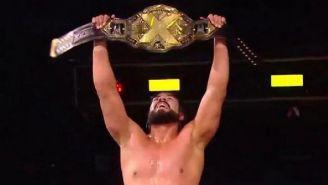 Andrade Cien Almas levanta el cinturón de Campeón de NXT