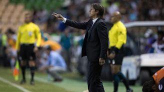 Matías Almeyda en el partido entre Chivas y León