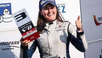 Tatiana Calderón celebra subirse al podio en el World Series Formula V8 3.5