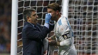 Sergio Ramos recibe asistencia médica durante el partido