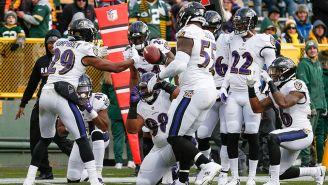 La defensiva de Baltimore celebra una intercepción
