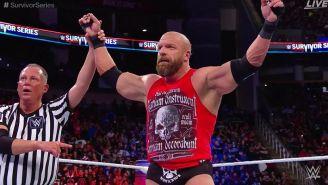 Triple H festeja el triunfo de RAW