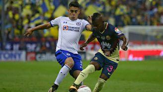 Quintero y Mora pelean por el balón en un duelo de Copa