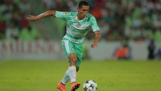 Gael Sandoval controla el balón en un juego con Santos Laguna