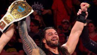 Roman Reigns festeja con el campeonato Intercontinental
