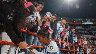 Karla Nieto le firma autógrafos a los aficionados