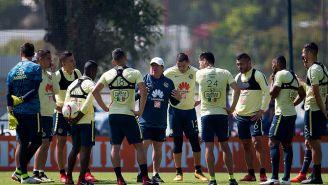 El Piojo Herrera charla con su plantel en un entrenamiento