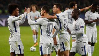 Jugadores del Chelsea festejan con Willian una de sus anotaciones