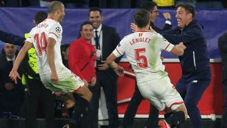 Jugadores de Sevilla festejan un gol con Eduardo Berizzo