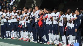 Los jugadores de los Patriots durante el himno en el Estadio Azteca