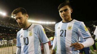 Paulo Dybala camina junto a Lionel Messi en un juego de Argentina