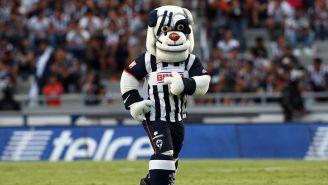 Monty, la mascota de Rayados en un partido