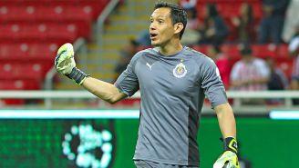 Rodolfo Cota celebra un gol de Chivas