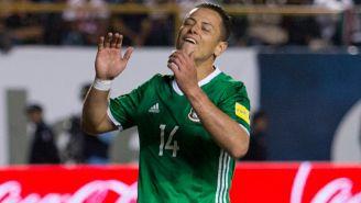 Chicharito se lamenta tras una jugada con el Tri