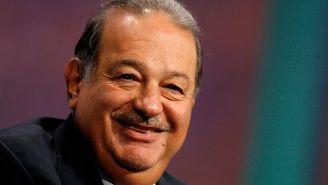 Carlos Slim sonríe durante un evento