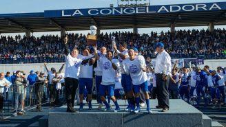 Los jugadores de Borregos Toluca celebran el tazón de Campeones
