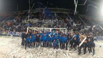 Jugadores de Pachuca posan con su afición de fondo en el Hidalgo
