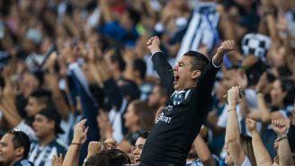 Un seguidor de Rayados celebrando en el partido frente a Tigres