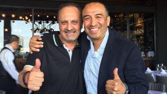 Manuel Jiménez (der) posa con el comentarista Pepe Hanan