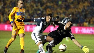 Funes Mori durante una jugada con Nahuel Guzmán