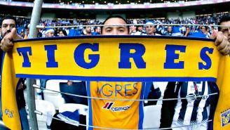 Un aficionado con una bufanda de Tigres